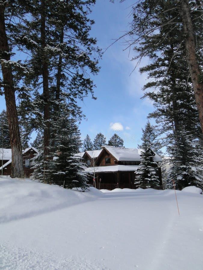 Neve do inverno em grandes HOME modernas imagem de stock