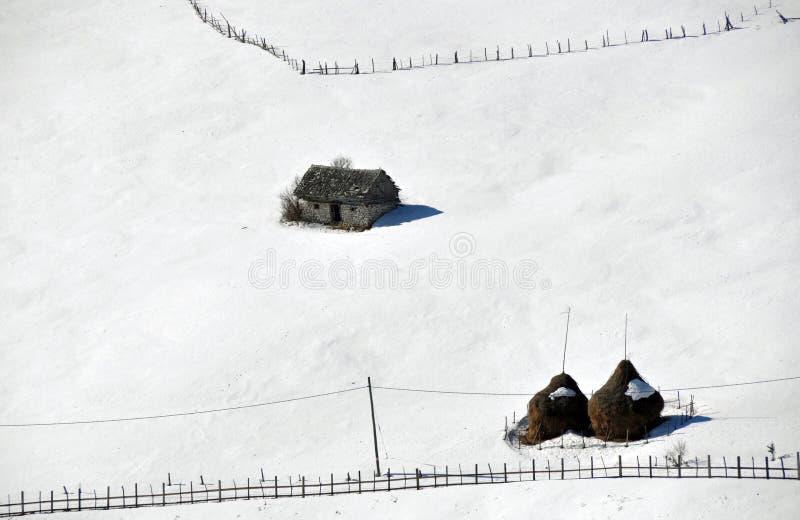 Neve do monte da casa fotografia de stock royalty free