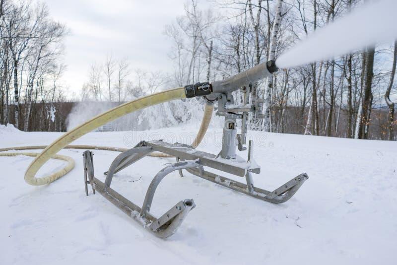 Neve do monte do esqui que faz o equipamento na operação imagem de stock