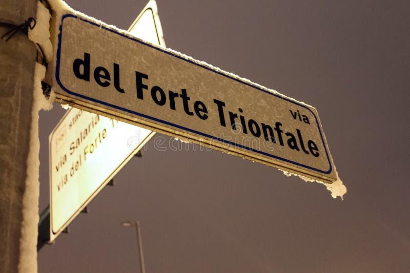 Neve do sinal de rua e Frost, Roma a TI imagens de stock