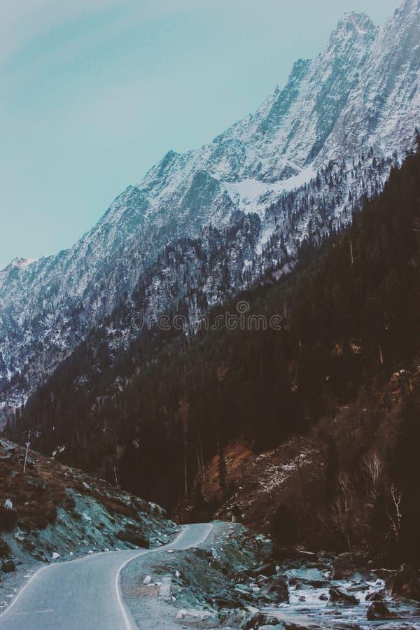 Neve e a estrada imagens de stock