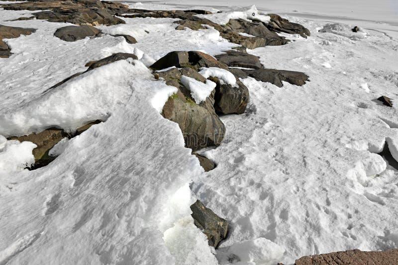 Neve e gelo em rochas da ilha no Golfo da Finlândia Helsínquia, Finlandia imagens de stock royalty free