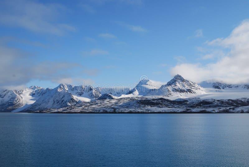 Neve e mare nelle isole dello svalbard fotografie stock
