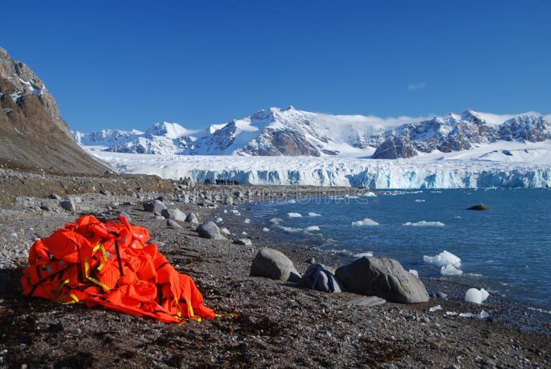 Neve e mare nelle isole dello svalbard fotografia stock