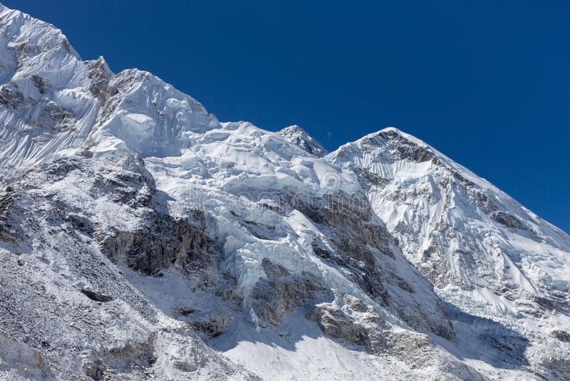 A neve e o gelo bonitos cobriram o Mountain View acima foto de stock royalty free