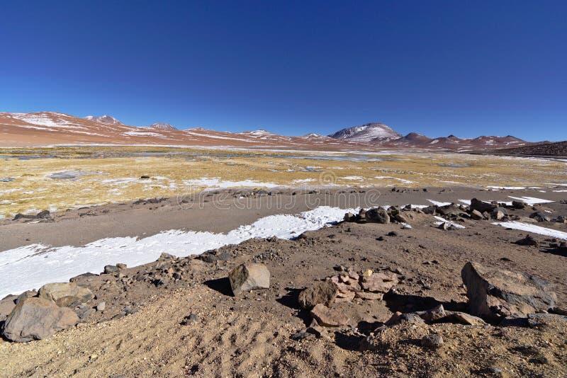 Neve e rocce nelle banche di un lago salato fotografie stock libere da diritti