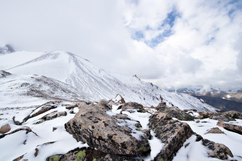 Neve e rochas na passagem de montanha em Cáucaso imagens de stock