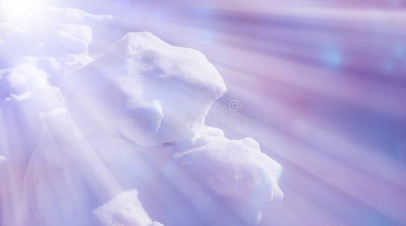 Neve e sombras a neve do fundo da textura surge o raio do sol da neve imagens de stock