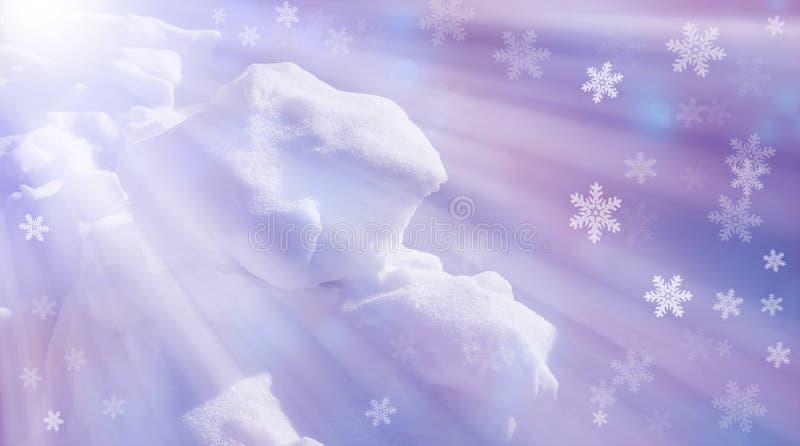 Neve e sombras a neve do fundo da textura surge o raio do sol da neve imagem de stock