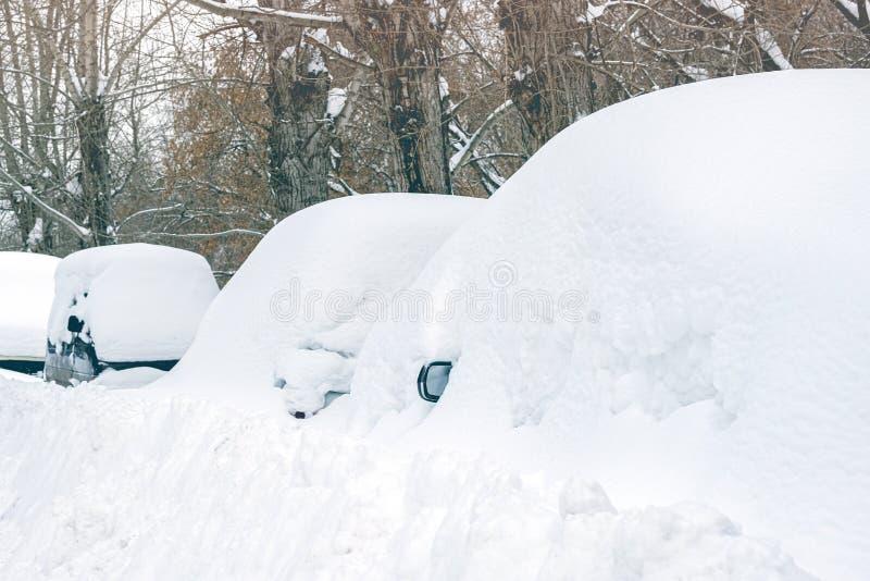 Neve elencata delle automobili di crollo della neve immagini stock libere da diritti