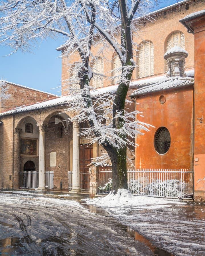 Neve em Roma em Febryary 2018, basílica de Saint Sabina, igreja histórica no monte de Aventine imagem de stock