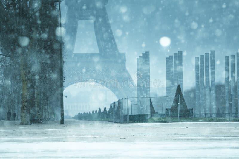 Neve em torre Eifel e Champ de Mars sob queda de neve fotos de stock royalty free