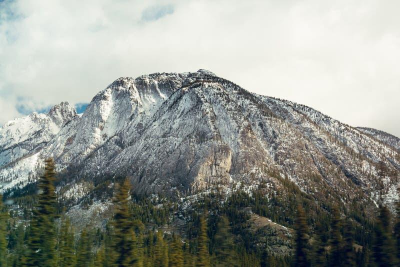 A neve espanou o cume no parque nacional de Banff, Canad? fotografia de stock