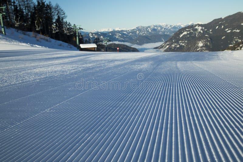 Neve fresca na pista de esqui, paisagem de inverno imagem de stock royalty free