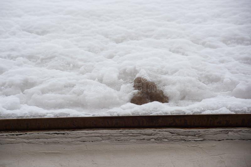 Neve limpa e suja em um telhado do metal imagens de stock
