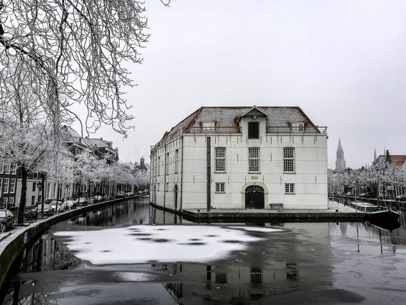 Neve na louça de Delft imagens de stock