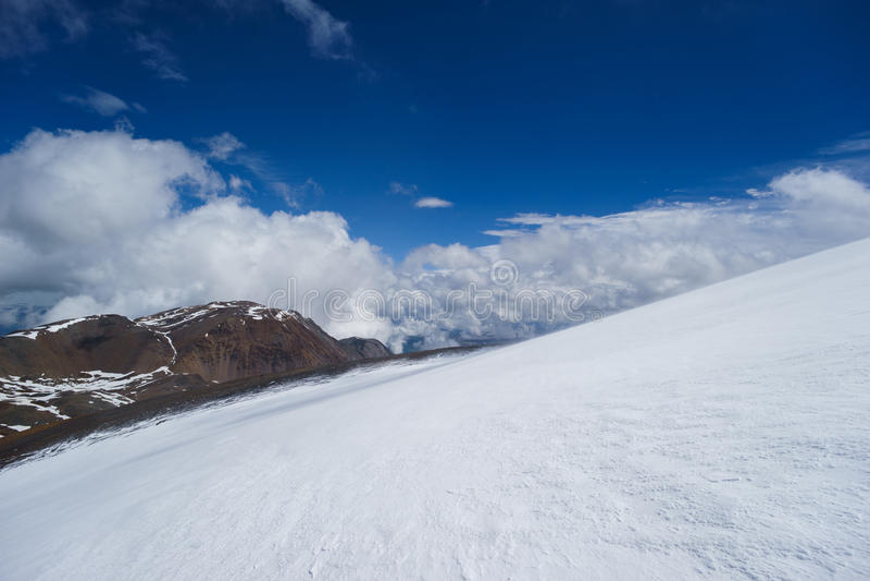 Neve nas montanhas altai fotografia de stock