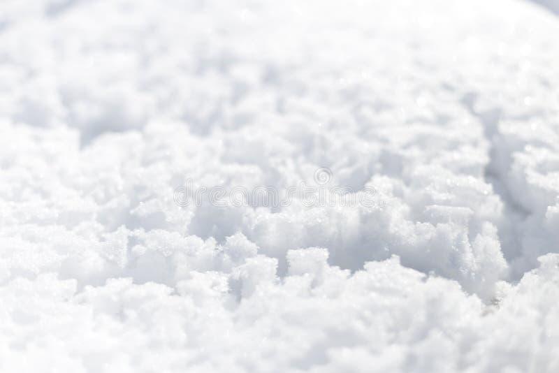 Neve nel giorno di inverno soleggiato luminoso del parco Ci sono tracce di pioggia sulla neve Fondo fotografia stock libera da diritti