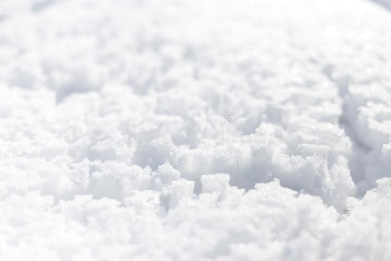 Neve no dia de inverno ensolarado brilhante do parque Há uns traços de chuva na neve Fundo foto de stock royalty free