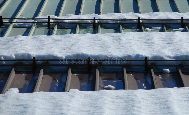 Neve no telhado 1 do metal fotografia de stock