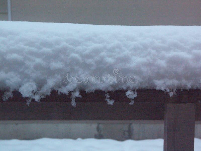 Neve nova macia no beirado da casa imagem de stock