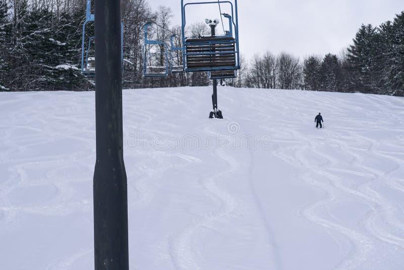 Neve profunda de esqui da pessoa imagens de stock