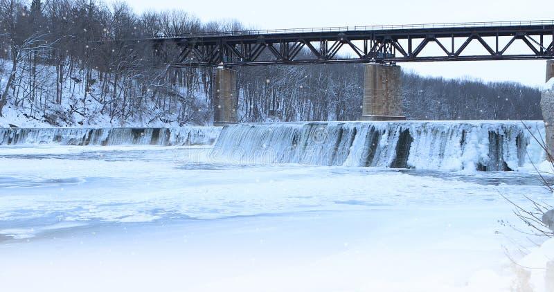 Neve que cai em uma cena do rio fotografia de stock royalty free