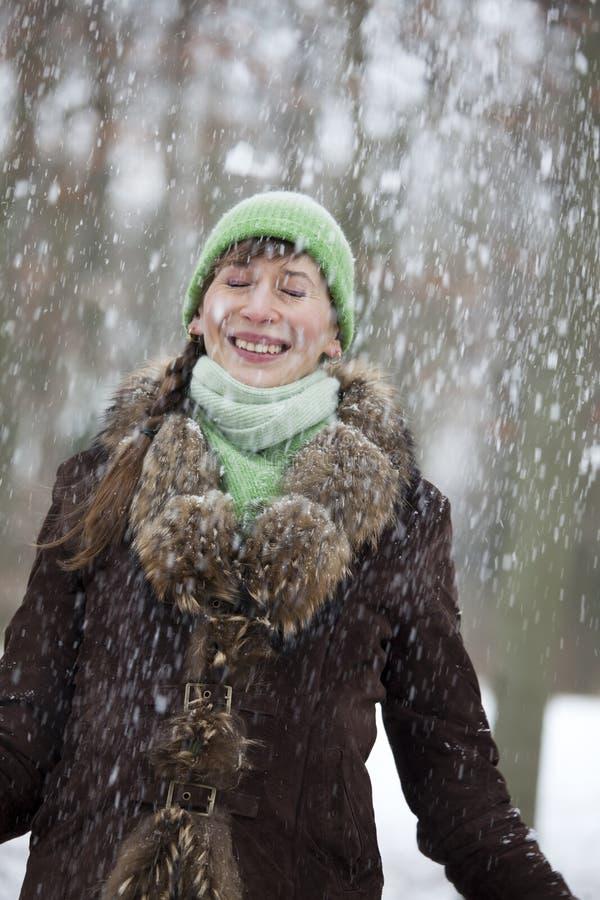 Neve que cai na mulher imagem de stock