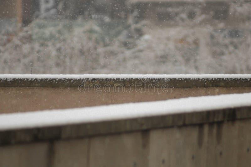 Neve que cai para baixo na superfície imagens de stock