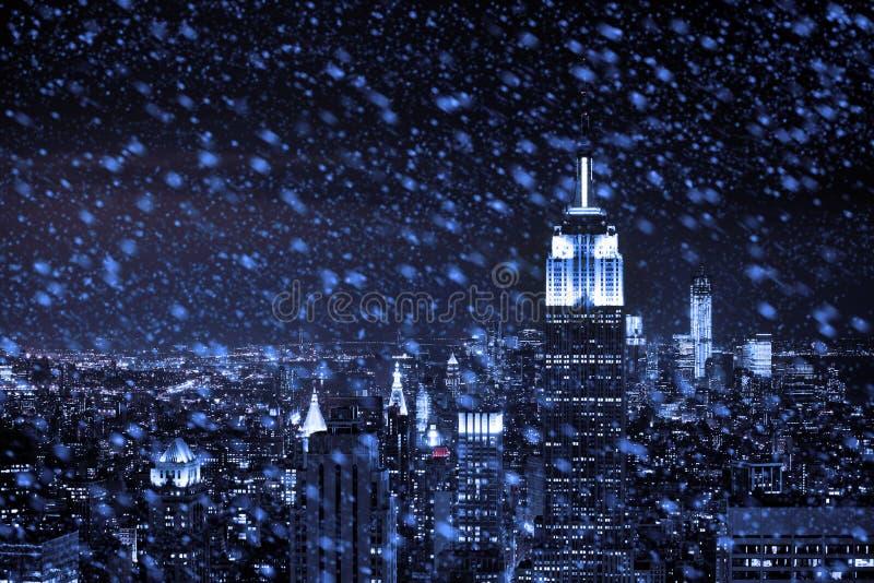 Neve que cai para baixo no centro de New York City imagens de stock royalty free