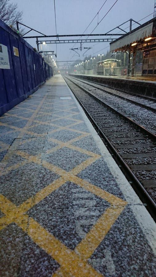 Neve que começa cair em trilhas do trem na estação de sete reis imagem de stock royalty free