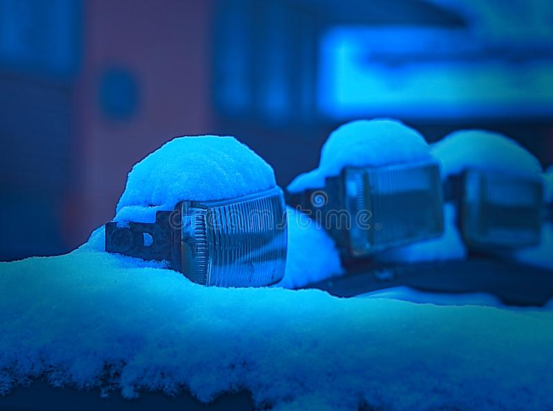 Neve ricoperta - neve sulle luci elettriche fotografia stock libera da diritti