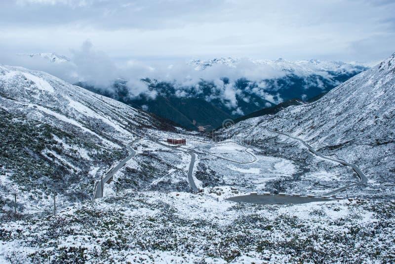 Neve su alloggio fotografie stock libere da diritti