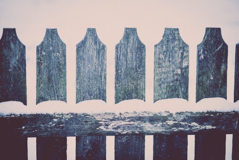 Neve su un recinto di legno fotografie stock