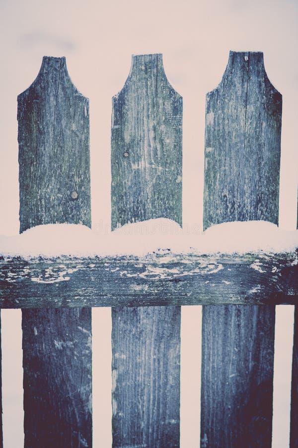 Neve su un recinto di legno fotografie stock libere da diritti