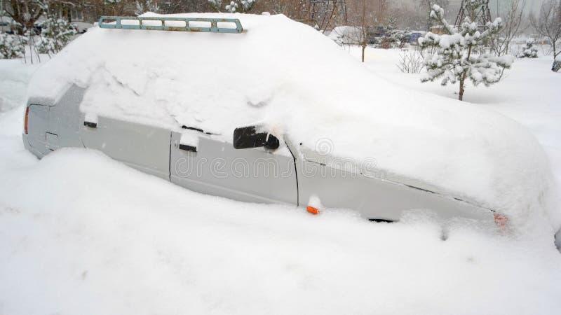 Neve sulle automobili dopo le precipitazioni nevose immagine stock libera da diritti
