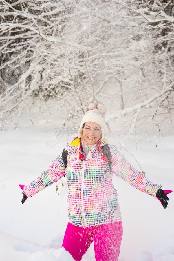 Neve surpreendida do lance da mulher