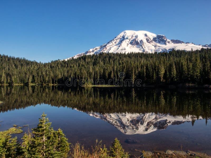 A neve tampou a montanha e a reflexão no lago imóvel fotos de stock royalty free
