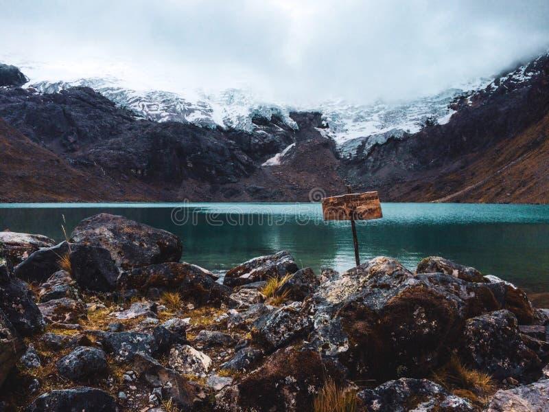 A neve tampou a montanha em mais de 5000 medidores foto de stock