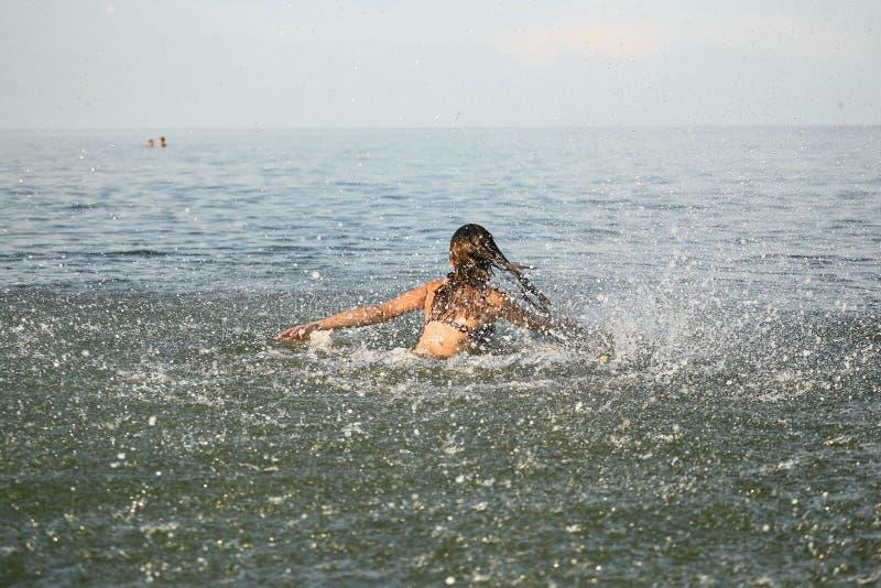 Nevel met water Meisje die pret het baden in het overzees hebben stock foto