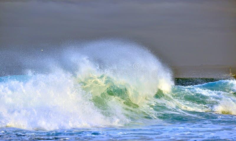 nevelgolf tegen een stormachtige hemel Het krachtige oceaangolf breken Golf op de oppervlakte van de oceaan Golfonderbrekingen op royalty-vrije stock afbeelding
