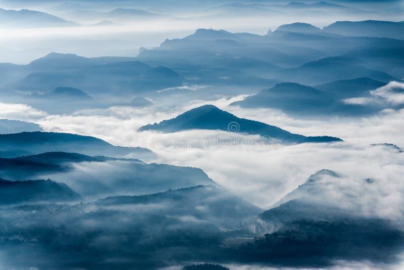 Nevelig bergenlandschap stock afbeeldingen