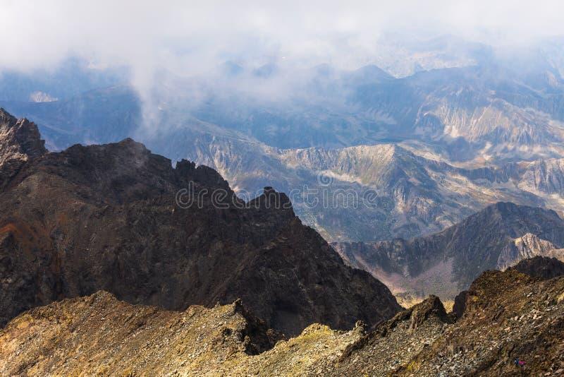 Nevelig dromerig landschap Diepe nevelige vallei stock afbeelding