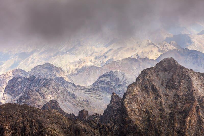 Nevelig dromerig landschap Diepe nevelige vallei royalty-vrije stock foto's