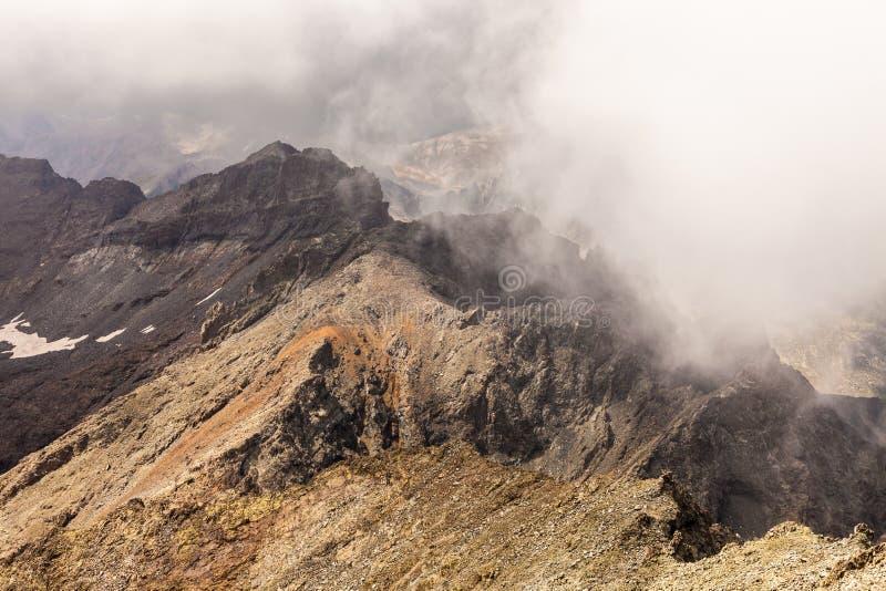 Nevelig dromerig landschap Diepe nevelige vallei royalty-vrije stock afbeeldingen