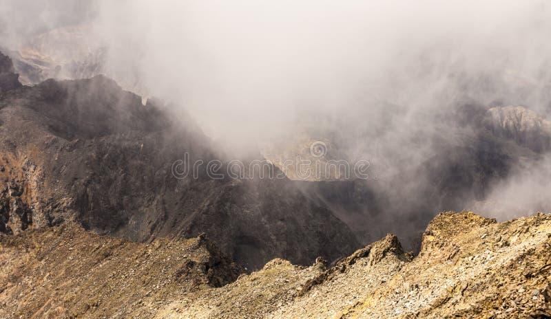 Nevelig dromerig landschap Diepe nevelige vallei stock foto's
