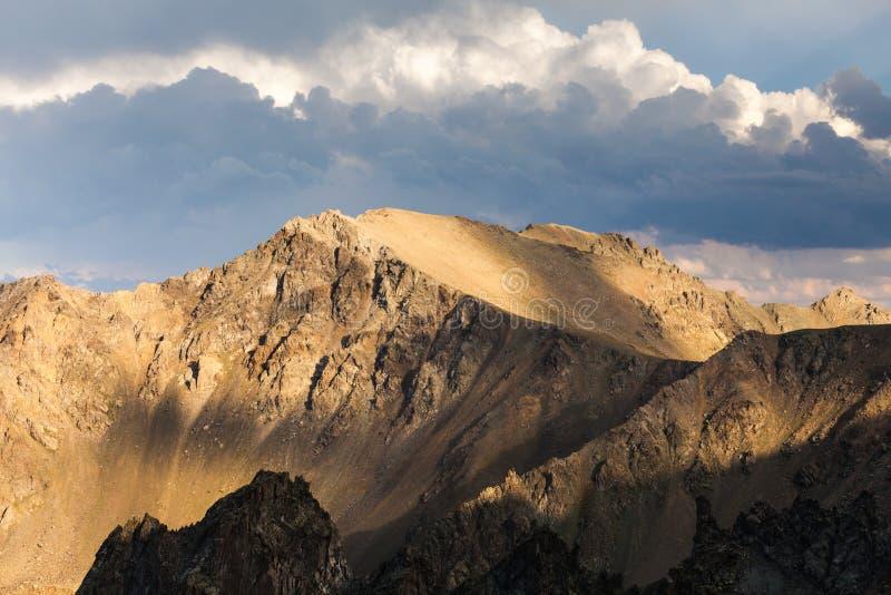Nevelig dromerig landschap Diepe nevelige vallei royalty-vrije stock fotografie
