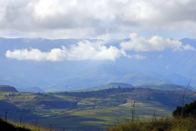 Nevelige bergen stock afbeeldingen