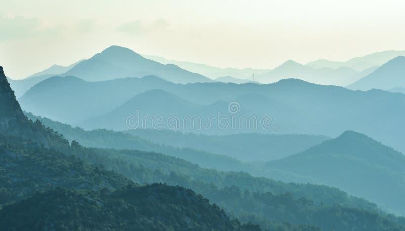 Nevelige bergen en opeenvolgend stock fotografie