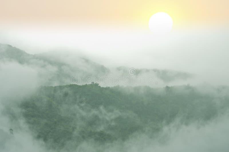 Nevelige bergen in het regenachtige seizoen royalty-vrije stock fotografie